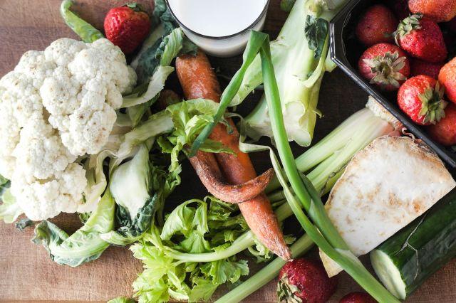 gammel frukt og grønnsaker på et fat