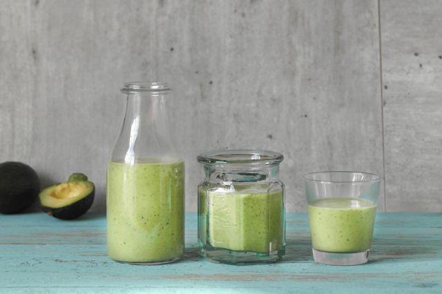 Tre glass med grønn smoothie