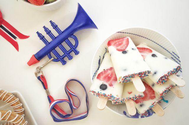 Is med bær i rødt, hvitt og blått