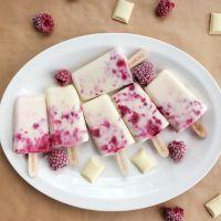 Ispinner med bringebær og hvit sjokolade