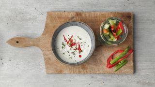 skål med dipp og grønnsaker