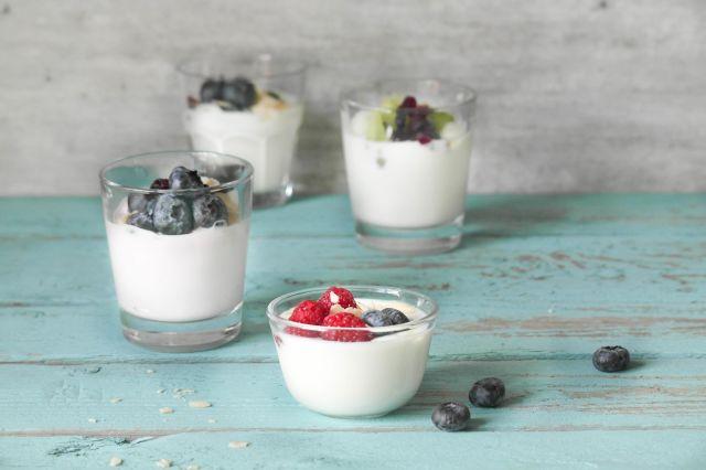 skåler med yoghurt og frukt