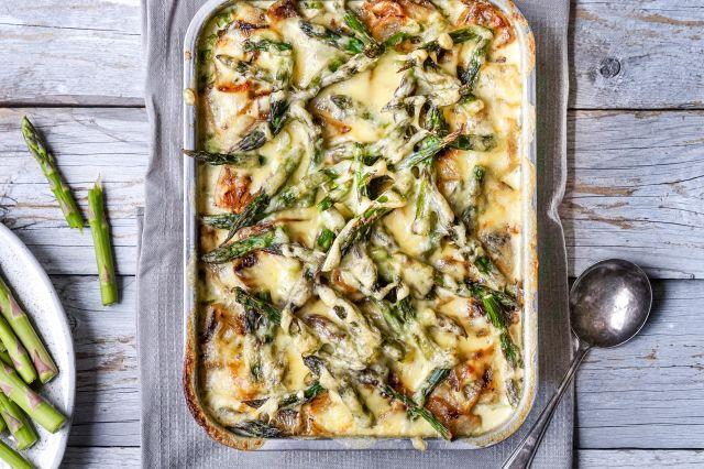 potetgrateng med grønn asparges og løk