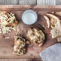 Trefat med ostesmørbrød med gryterett