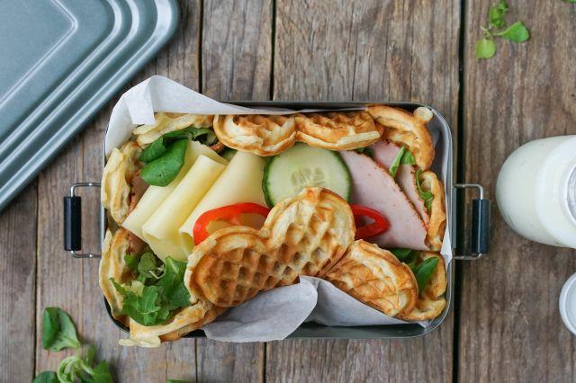 Matboks med med vaffel med ost og skinke