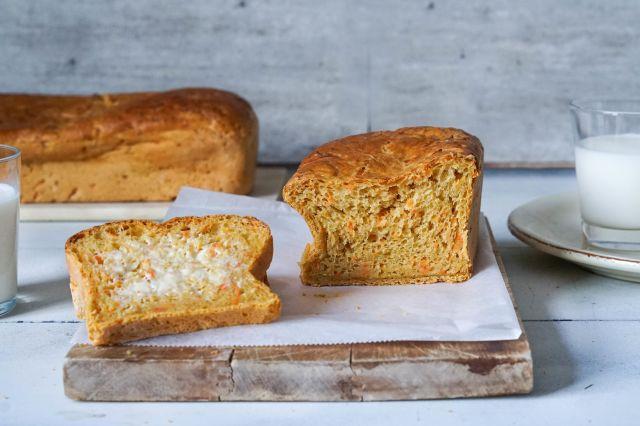 Gulrotbrød med smør og et glass melk