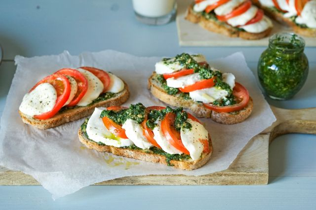 Ostesmørbrød med tomat, mozzarella og urtepesto