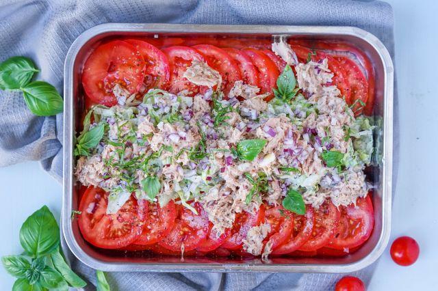 tomatsalat med tunfisk og oliven