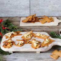 Pepperkaker med karamelliserte nøtter, blåmuggost og honning
