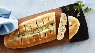 Skinke- og ostebrød på en fjøl