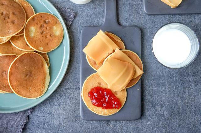 små frokostpanenkaker og et glass melk