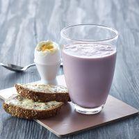 Syrnet melk, brødskiver og melk
