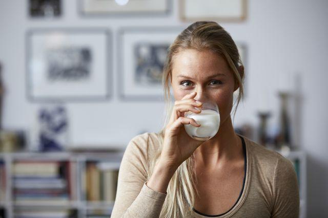 Kvinne som drikker melk