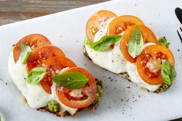 Ostesmørbrød med tomat og mozzarella
