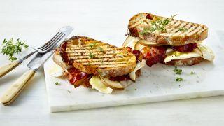 Toast med brie og bacon
