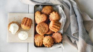 En boks med matmuffins og muffins toppet med skyr