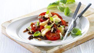 Tomatsalat med lun ridderost, pinjekjerner og basilikum