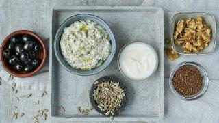 ferskostdipp med oliven og nøtter