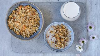 granola med fiken, mandler og sesamfrø