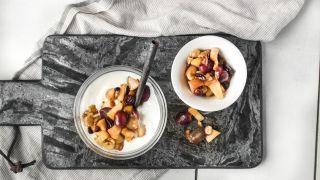 skål med yoghurt toppet med eplekompott