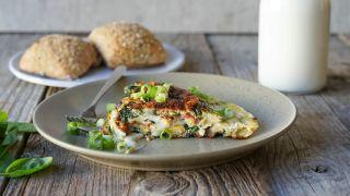 Omelett og rundstykker
