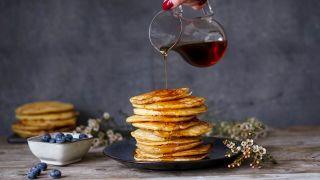 Sirup helles over stabel med pannekaker