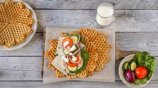 proteinvafler med ost, skinke og grønnsaker