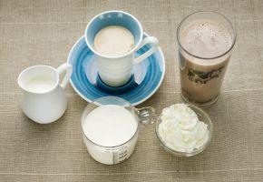 Begre, glass og kopper med melk og krem