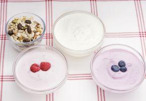 Tre skåler med ulike typer yoghurt og en skål med kornblanding.