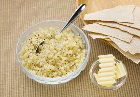 Pultost og smør i dype skåle med flatbrød.