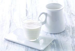 Melk i mugge og glass