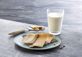 Knekkebrød med brunost og et glass melk
