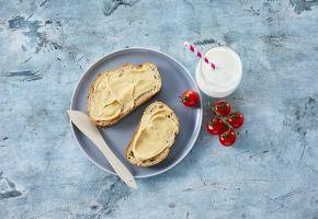 Brødskiver med prim og et glass melk