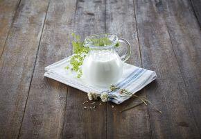 Upasteurisert melk i en mugge