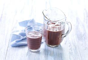 Sjokolademelk i mugge og glass