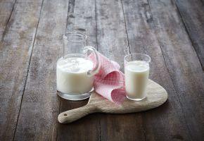 skummet melk i mugge og glass