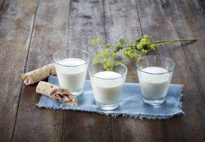 Tre glass melk med tettegress og påsmurt lompe