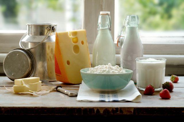 Mange ulike meieriprodukter som står ved siden av hverandre i en vinduskarm.