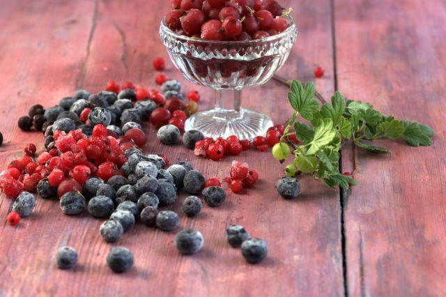 Bringebær og blåbær i en skål