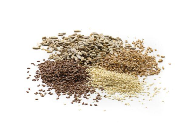 Fire typer korn som ligger i hauger ved siden av hverandre.