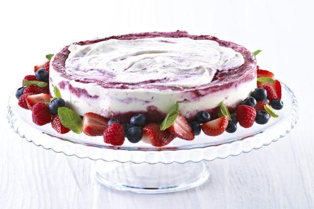 Iskake med friske bær