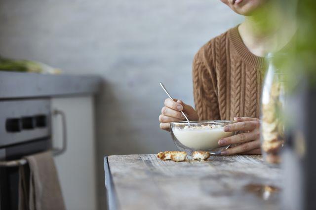 Dame med en skål med melk