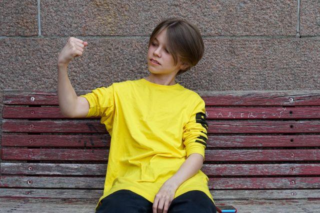 Gutt som strammer musklene