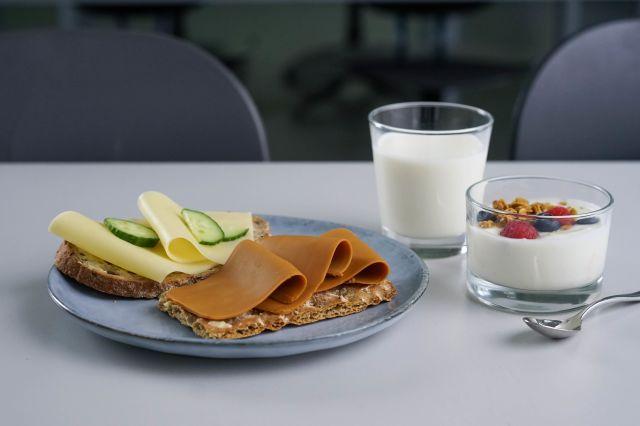 Brød med gulost og brunost, yoghurt og et glass melk