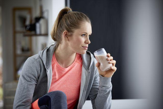 Treningsjente med et glass melk