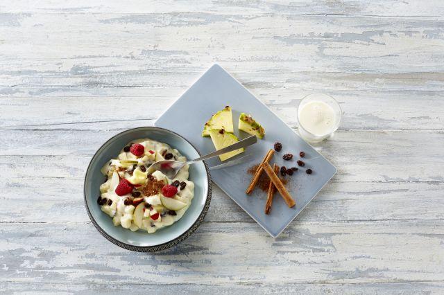 En porsjon fløyelsegrøt pyntet med frukt og bær.