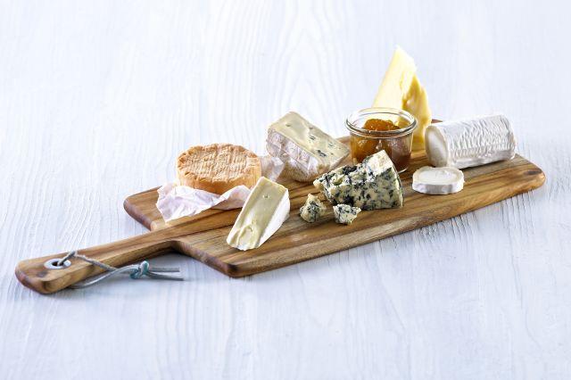 Fjøl med forskjellige oster og marmelade