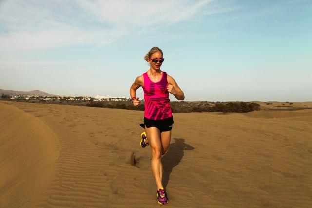 Kvinne som løper maraton i ørkenen