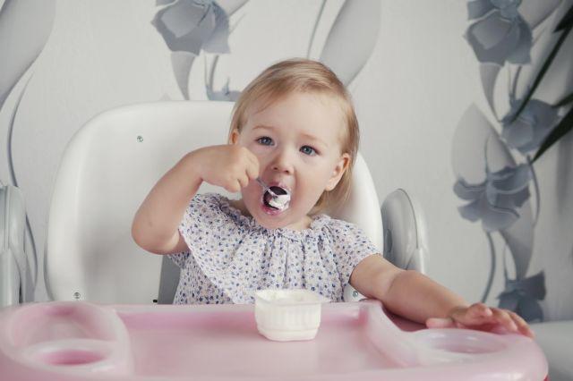 Baby spiser yoghurt