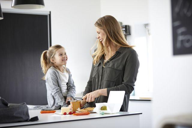 Mor og datter lager matpakke